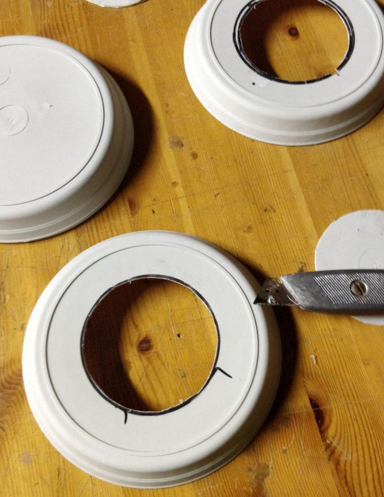 Découpage au cutter de l'intérieur des coupelles pour constituer la chambre de l'abri