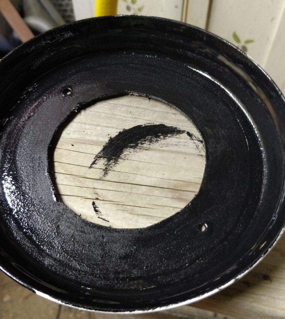 Première couche de peinture noire sur la face intérieure des coupelles évidées